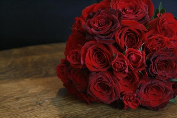 Красные розы издавна считаются знаком горячей чувственной любви и страсти