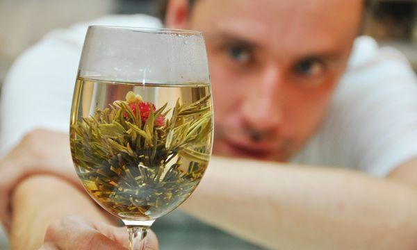 расслабленный человек с чаем