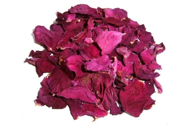 Шиповник содержит много витамина С, минералов, органических кислот