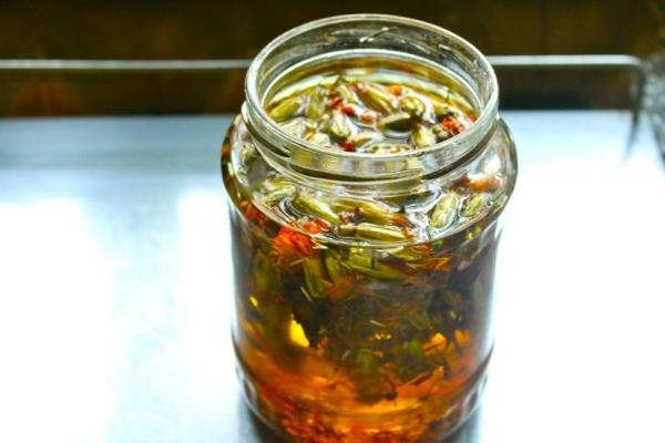 Из цветов готовят отвары, настои, чай и масло, добавляют как приправу в блюда