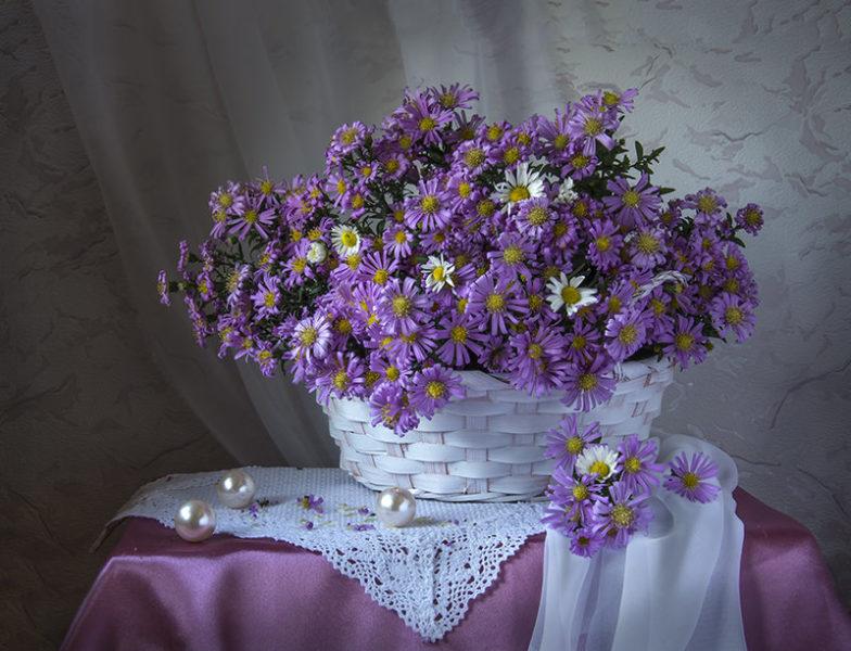 Срезанные цветы, украшающие комнату